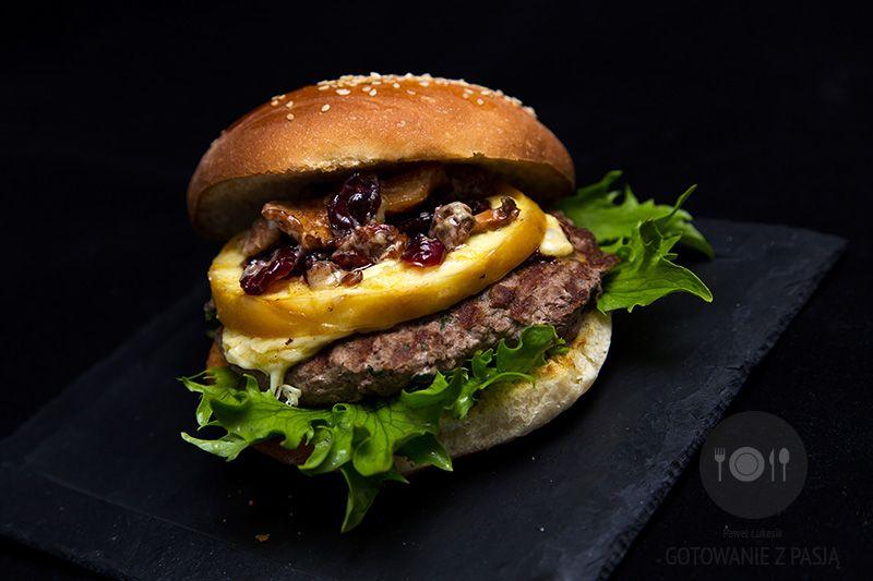 Grillowany burger wołowy z grillowanym oscypkiem oraz smażonymi kurkami  z żurawiną