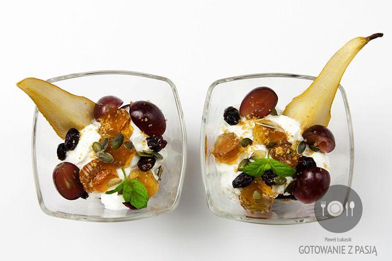 Parfait jogurtowo-waniliowe ze smażoną na maśle gruszką z dodatkiem  żurawiny, galaretki śliwkowej, winogronami oraz pestkami dyni z w  kruszonce owsianej