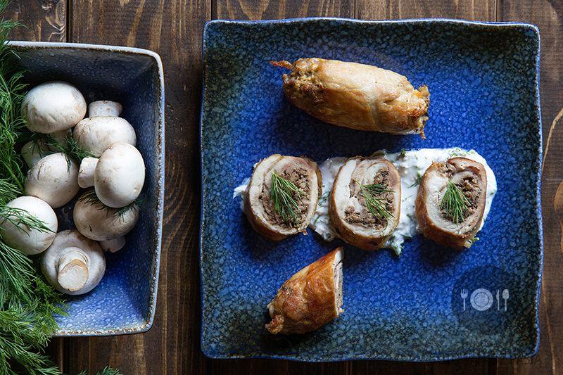Roladki z udka kurczaka nadziewane mieszanym mięsem mielony oraz pieczarkami z sosem śmietanowym z fetą i koperkiem