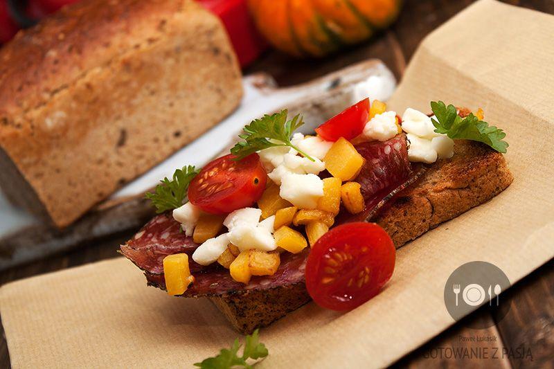 Grillowane kanapki ze smażoną dynią, serem owczym i hiszpańskim salami