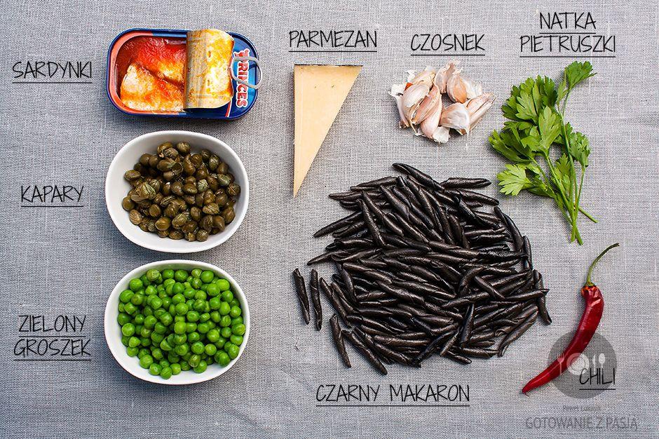 Czarny makaron z sardynkami oraz zielonym groszkiem i pomidorami