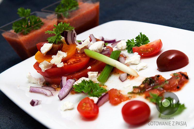 Sałatka z pomidorów, sera owczego z dressingiem Tabasco oraz shotem z  chłodnika pomidorowego