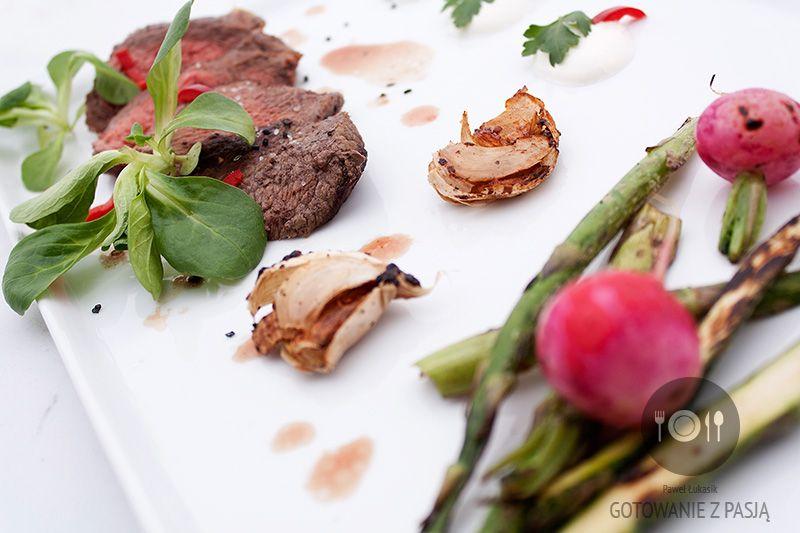 Stek wołowy z sosem chrzanowym, szparagami i rzodkiewką z grilla