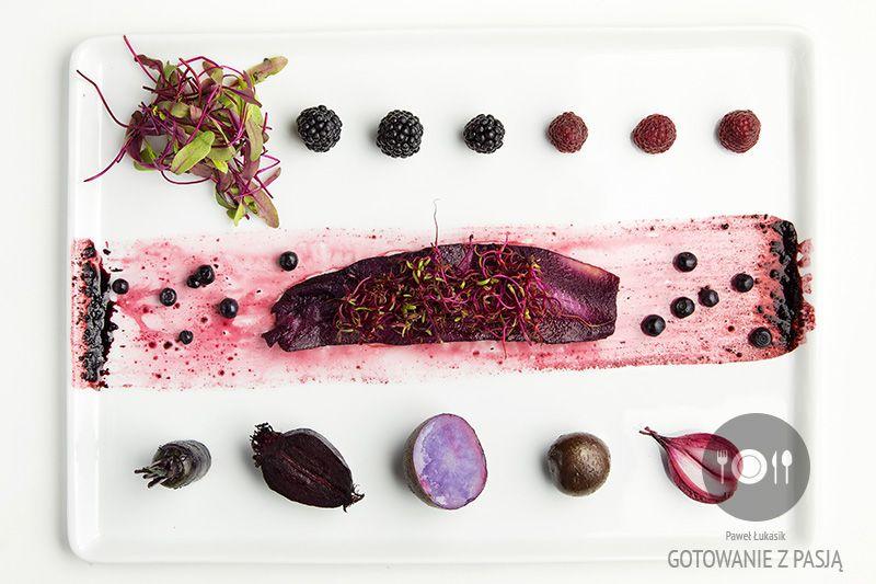 Śledź purpurowy z fioletowymi warzywami oraz jagodami, jeżynami i malinami  dodatkiem kiełków i listków buraka
