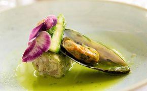 Skoki z królika, omułek z marchewnikiem, esencja zielonego szparaga, bratki
