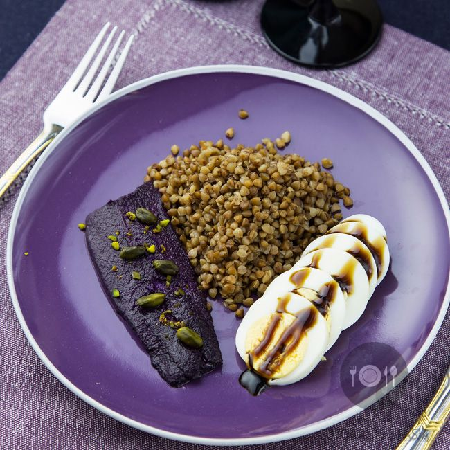 Śledź purpurowy z kaszą gryczaną na sypko oraz z jajkiem na twardo w sosie balsamicznym