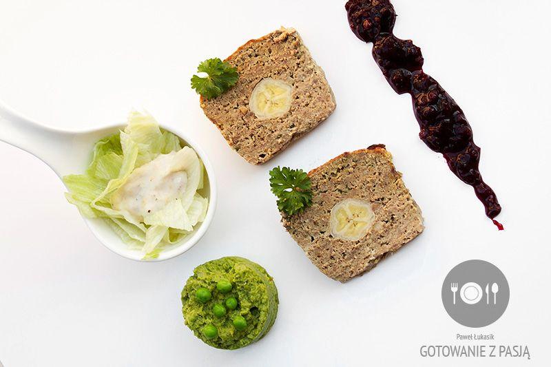 Pieczeń z mielonej wołowiny z bananami w sosie żurawinowo-porzeczkowym  oraz zieloną sałatą z kremowym sosem bananowym