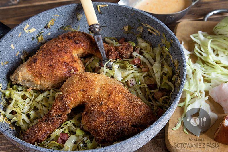 Ćwiartki kurczaka w mleku z młoda kapustą na skwarkach z boczkiem i świeżym koperkiem