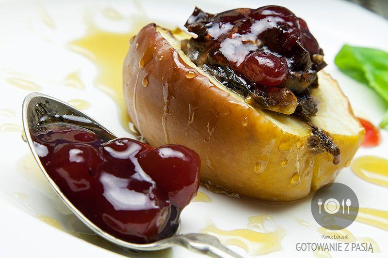 Deserowe jabłka z orzechami i wątróbką z dodatkiem świeżej bazylii, żurawiny oraz miodu