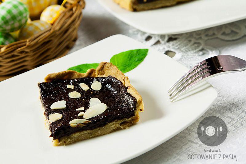 Mazurek z suszonych śliwek z czekoladą w posypce z płatków migdałowych