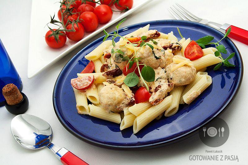 Penne w sosie śmietanowo-ziołowym z pulpetami z kurczaka oraz suszonymi  i koktajlowymi pomidorami