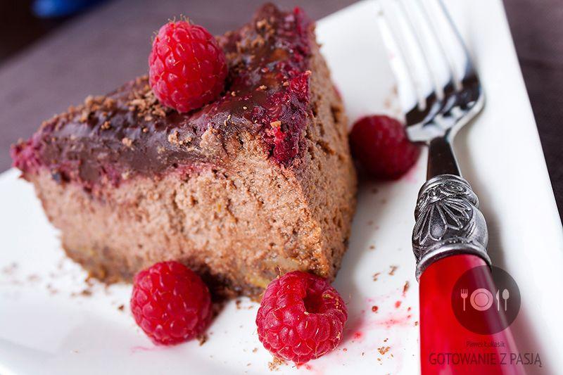 Czekoladowy sernik z malinami i polewą malinowo-czekoladową