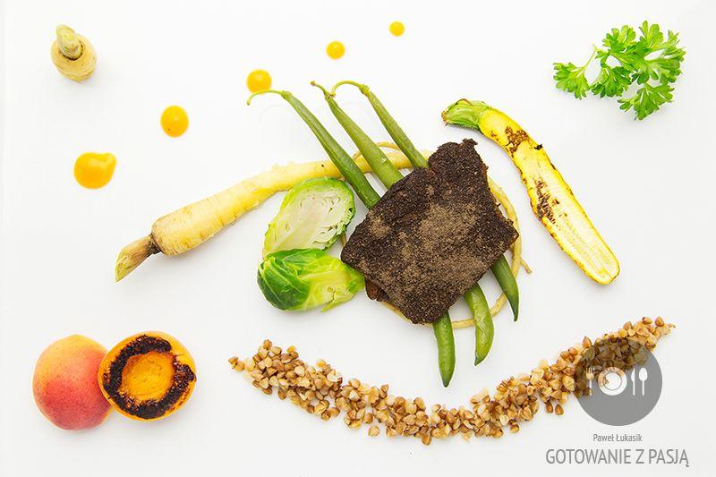 Śledź słodko-kwaśny w łusce gryczanej z młodym pasternakiem, mini cukinią, fasolką szparagową, brukselką oraz grillowaną morelą i musem morelowym
