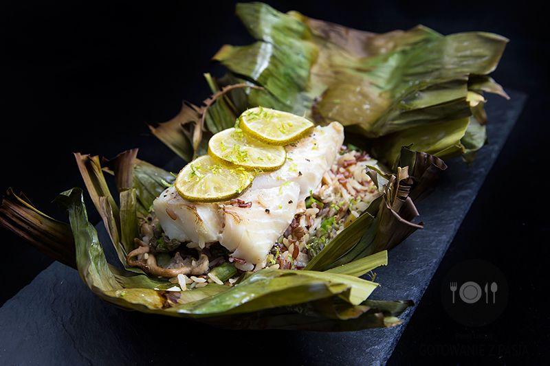 Pieczony dorsz w liściach bananowca z limonką na ryżu ze szparagami i  żółtymi boczniakami