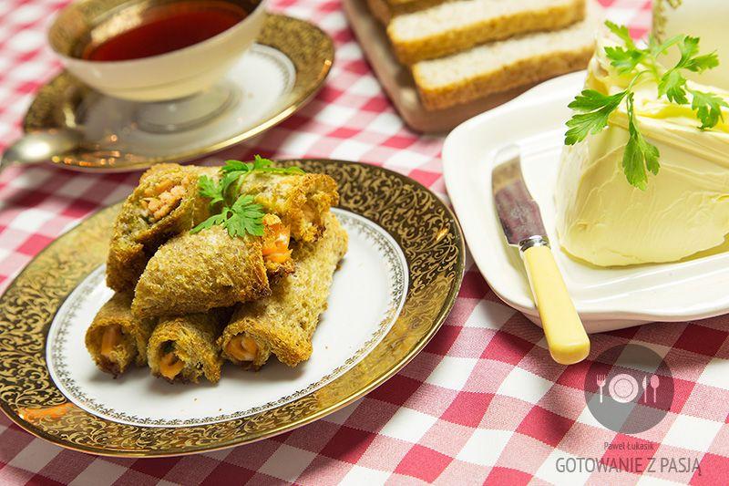 Pieczone roladki z kromek tostowych z łososiem i nu tą pietruszki