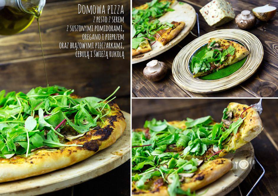 Domowa pizza z pesto z serem z suszonymi pomidorami, oregano i pieprzem oraz brązowymi pieczarkami, cebulą i świeżą rukolą