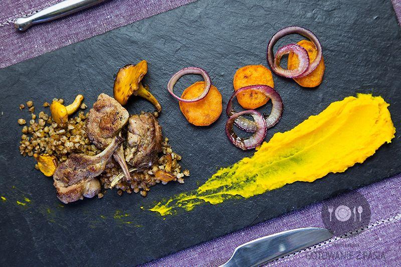 na kaszy gryczanej na sypko z puree z pieczonej dyni, smażonymi batatami, karmelizowaną czerwoną cebulą i kurkami