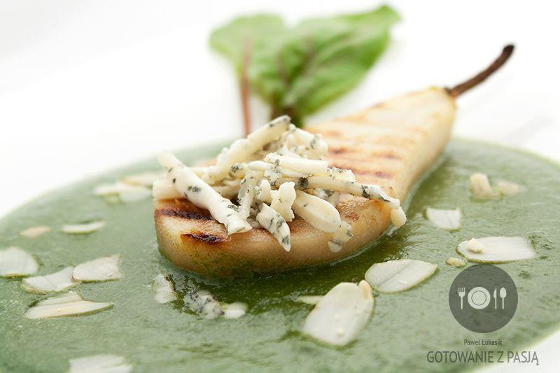 Krem szpinakowo-gruszkowy z niebieskim serem, grillowaną gruszką i płatkami migdałów
