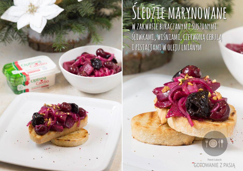 Śledzie marynowane w zakwasie buraczanym z suszonymi śliwkami, wiśniami, czerwoną cebulą i pistacjami w oleju lnianym