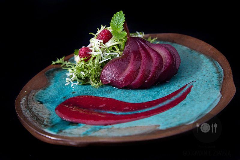 Malinowa sałata frisee z melisą, parmezanem i gruszką marynowaną w czerwonym winie