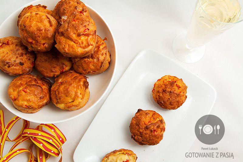 Muffinki z konserwową papryką, fetą i świeżymi ziołami