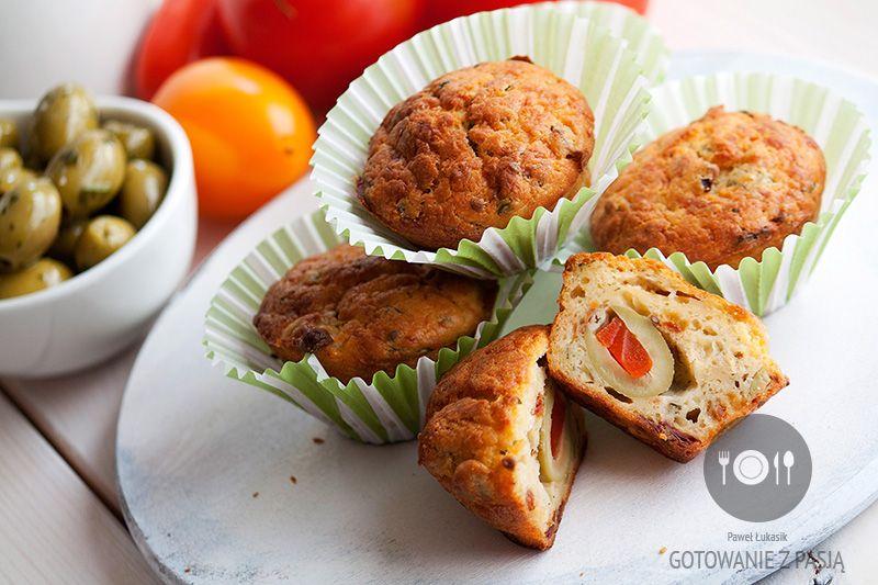 Muffinki z suszonymi pomidorami we włoskiej oliwie, oliwkami i bazylią,  dodatkowo nadziewane dużą włoską oliwką