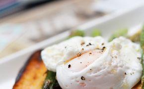 Jajka w koszulkach na szparagach i grillowanej ciabatcie