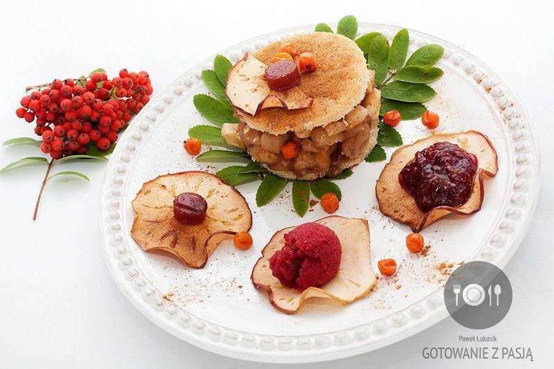 Szarlotka jarzębinowa z galaretką, dżemem oraz musem jarzębinowo-malinowym oraz chipsami jabłkowymi z piklami jarzębinowymi