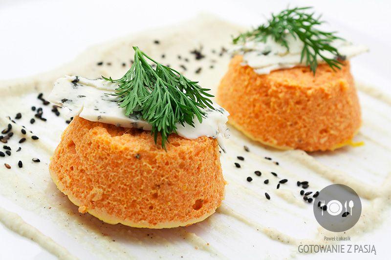 Delikatny flan marchewkowy z sosem pietruszkowym