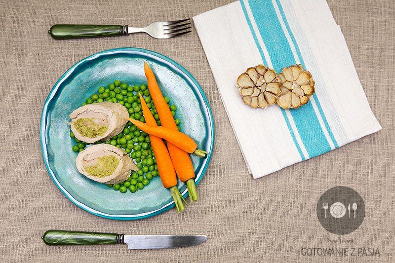 Roladki wieprzowe z musem z zielonego groszku i fas oli z gałką muszkatołowa, czosnkiem pieczonym i płatkami owsianymi z gotowaną marchewką