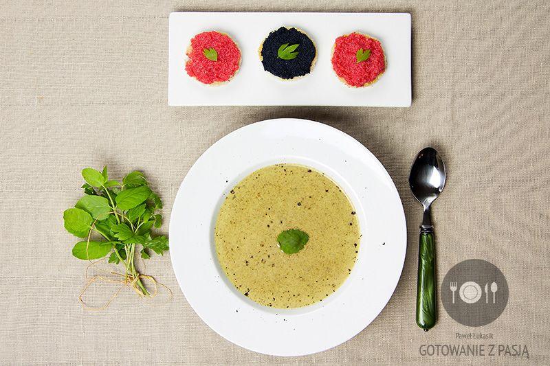 Zupa z lubczyka z tartaletkami z kawiorem