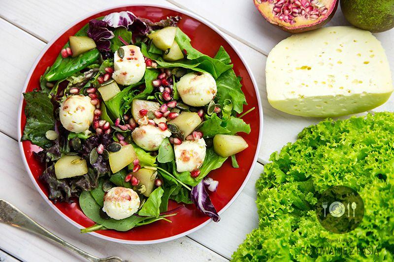 Sałatka z rożnego rodzaju sałat z karmelizowaną gruszką, pestkami dyni oraz pestkami owocu granatu z serem naturalnym z winegretem malinowym