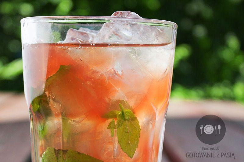 Szprycer na lato z sokiem rabarbarowym i kardamonem