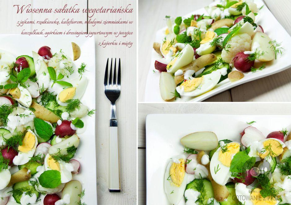 Wiosenna sałatka wegańska z jajkami, rzodkiewką, kalafiorem, młodymi  ziemniakami w koszulkach, ogórkiem i dresingiem jogurtowym w posypce z  koperku i mięty