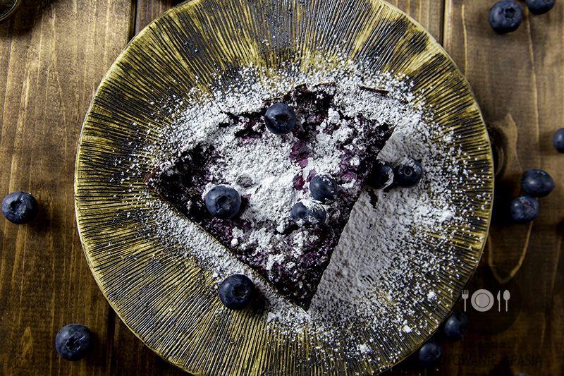 Wytrawna tarta kakaowa z borówkami