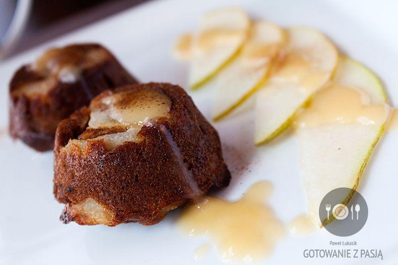 Odwrócone daktylowe muffinki z gruszką i z sosem waniliowym