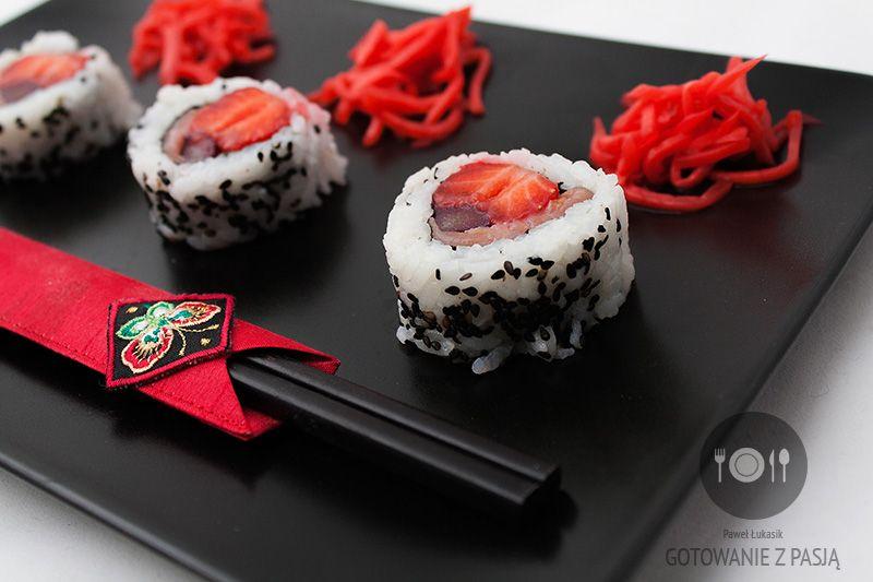 SUSHI truskawkowo-rabarbarowe z wędzonym łososiem