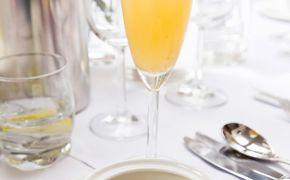 Zupa szczawiowa z kaczym jajkiem lekko ściętym i kleksem z kwaśnej śmietany z cydrem z winnicy Smykań (szara reneta oraz golden delicious przechowywane 4 miesiące w beczce po białym winie)
