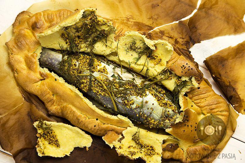 Pieczony pstrąg w masie solnej z musztardą, jałowcem i koperkiem