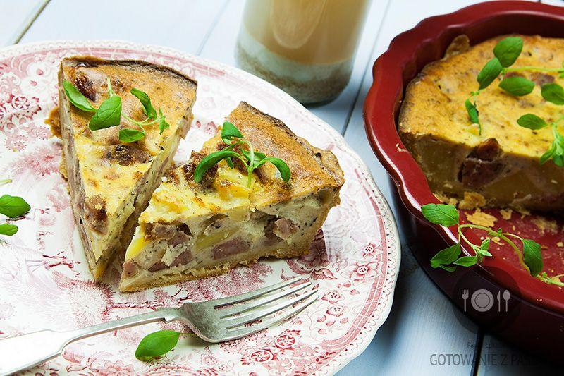Tarta żurkowa z białą kiełbasą, gotowanymi ziemniakami oraz majerankiem