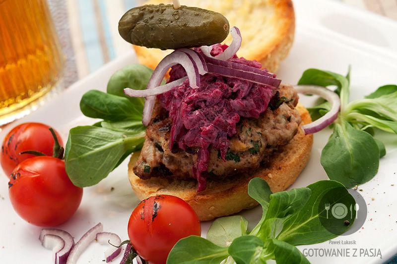 Hamburger z miętą i pietruszką pod kołderką z czerwonych buraków z majonezem