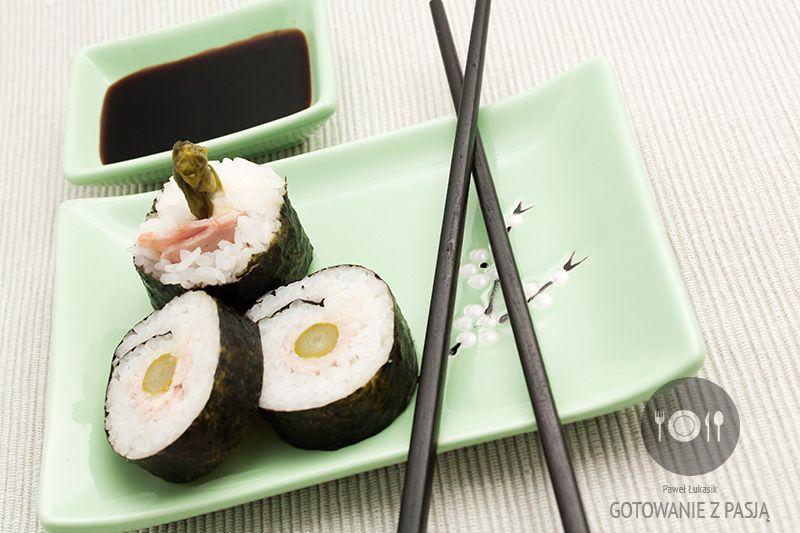Futomaki z zielonym szparagiem i bekonem na majonezie
