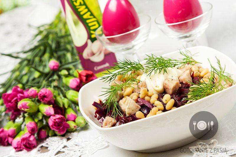 Sałatka z czerwonej kapusty, buraków, białej fasoli i gotowanej  kiełbasy z majonezem