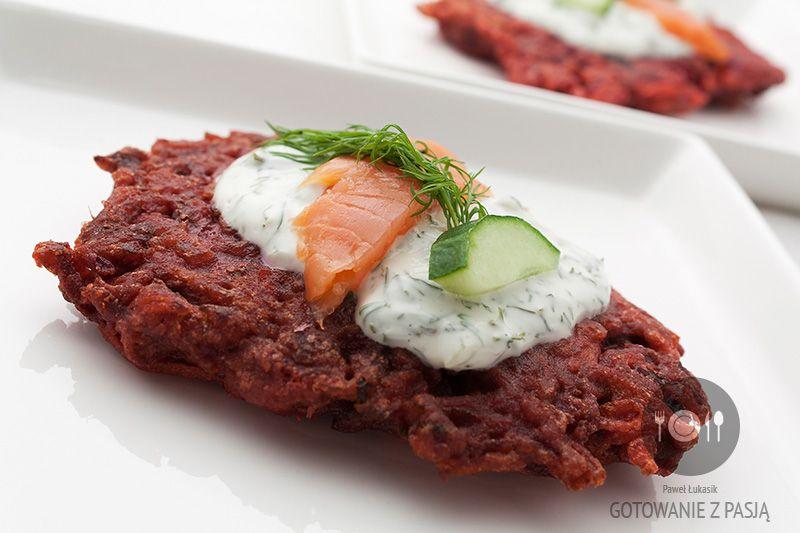 Rubinowe placki buraczano-marchewkowe z sosem jogurtowo-koperkowym z łososiem