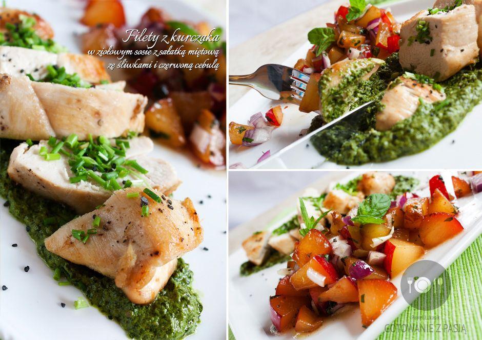 Filety z kurczaka w ziołowym sosie z sałatką miętową ze śliwkami i  czerwoną cebulą