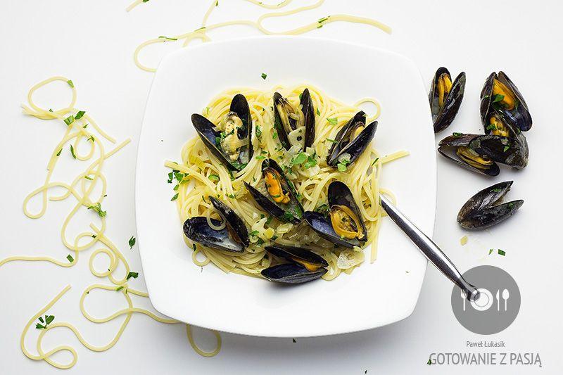 Makaron spaghetti z małżami w białym winie riesling i natką pietruszki