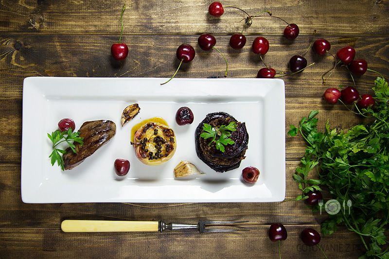 Grillowana wątróbka z indyka z czereśniami wraz z kaszanką czosnkowo-cebulową na buraku ćwikłowym oraz jabłkiem w zalewie miodowo-octowej i zielonym pieprzem