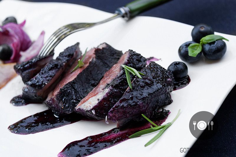 Pierś kaczki w sosie z borówek amerykańskich ze smażonymi gruszkami  oraz czerwoną cebulą w rozmarynie