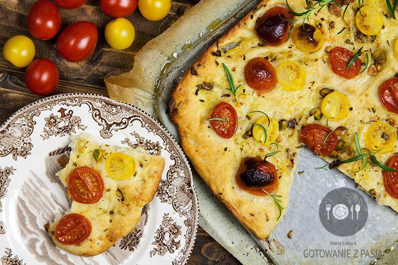 Focaccia z pomidorkami koktajlowymi z pistacjami, rozmarynem i czosnkiem