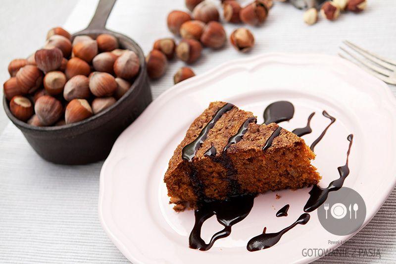 Ciasto marchewkowe z orzechami laskowymi w polewie kakaowej